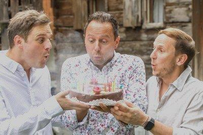 Bild zeigt Die jungen Zillertaler mit einer Torte, sie feiern 25 Jahre Bühnenjubiläum beim JUZIopenair in Strass, zu sehen sind Michael, Markus und Daniel von Die jungen Zillertaler
