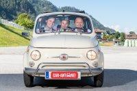 Die jungen Zillertaler sitzen im Auto